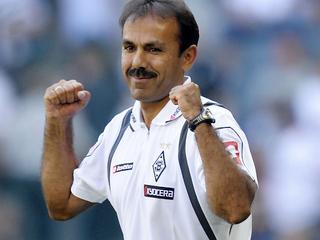 De trainer zou een verschil van inzicht hebben met de clubleiding. Luhukay heeft bij de Bundesligaclub nog een contract tot medio 2013.