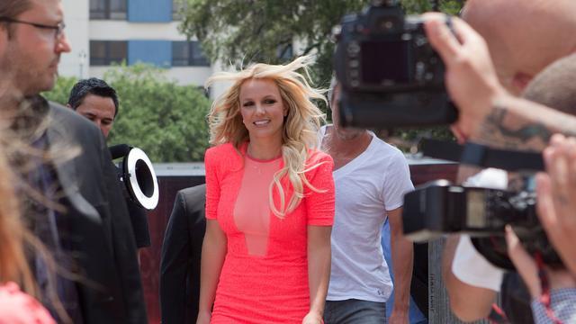Britney Spears smijt met geld