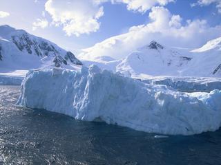 Koel smeltwater isoleert het zuidpoolijs van opwarmend zeewater