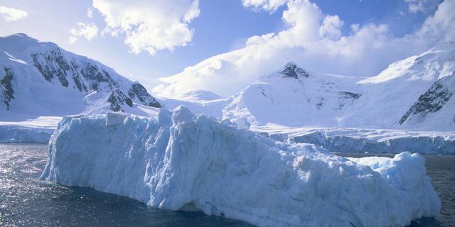 Grote ijsschots drijft weg van Antarctica