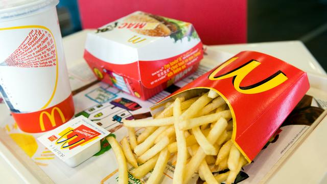 Tand in Franse frietjes bij McDonald's Japan