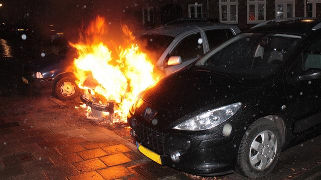 Twee auto's in brand in Vught