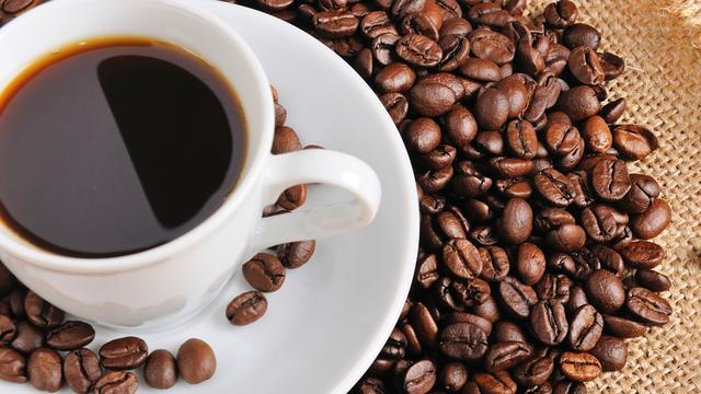Nederlander drinkt eerste koffie bij het ontbijt
