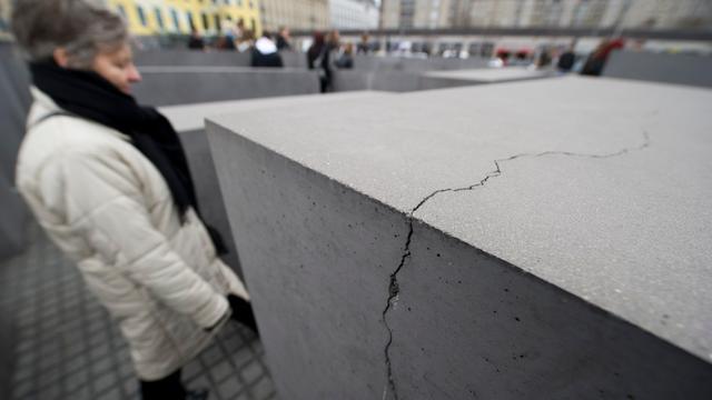 Holocaust-monument in Berlijn brokkelt af