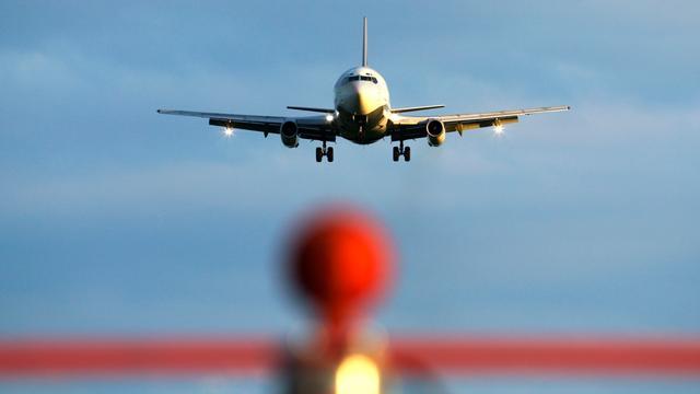 Dronken zakenman strooit met geld in vliegtuig