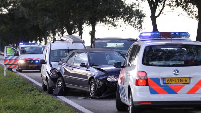 Automobilist rijdt in op agent in Rotterdam