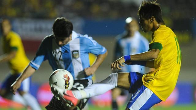 Neymar schiet Brazilië in blessuretijd langs Argentinië