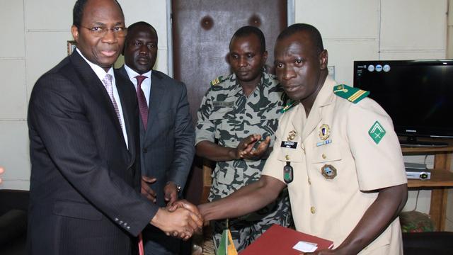 Buurlanden Mali trekken sancties in