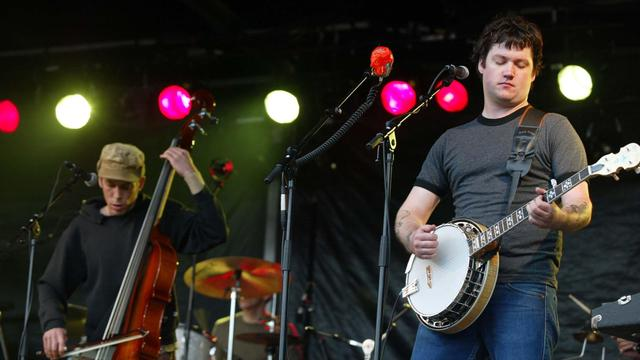 Man steelt banjo van straatmuzikant