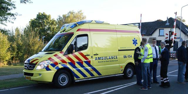 Wielrenner zwaargewond na aanrijding in Denekamp