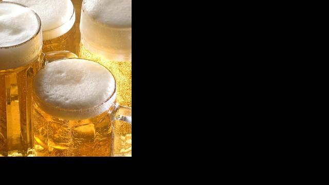 Man rent brandend huis in voor krat bier