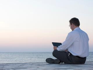Een derde houdt tijdens vakantie werkmail in de gaten