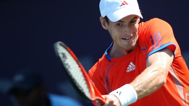 Murray moeizaam naar tweede ronde in Dubai