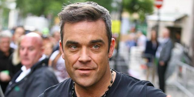 Robbie Williams zet villa met voetbalveld te koop