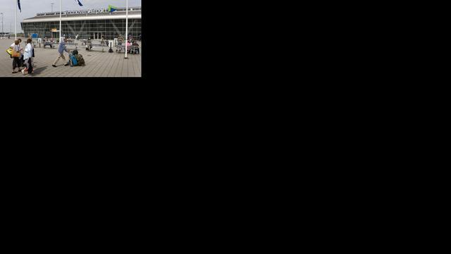 Man klimt over hek om vliegtuig Eindhoven te halen