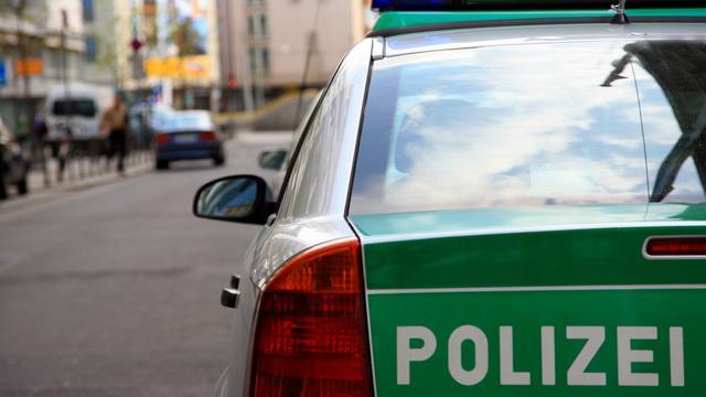 Duitse man vliegt woning binnen met auto