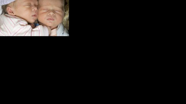 Tweeling acht dagen na elkaar geboren
