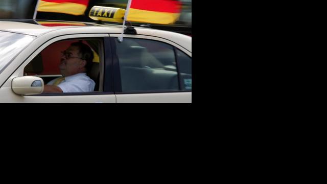 Stikkende taxichauffeur leeft dankzij ongeluk
