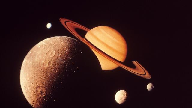 Saturnusmaan Titan gloeit in het donker