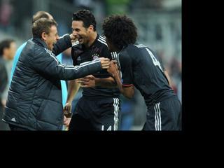De Franse club kijkt al bij rust tegen een 5-0 achterstand aan. Claudio Pizarro maakt een hattrick.