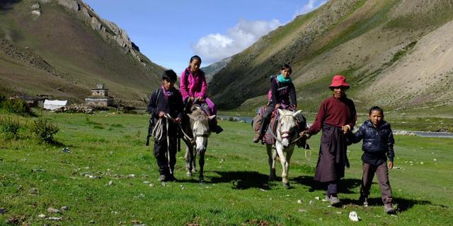 Verwesterde jongen terug naar ouders in Nepalese bergen