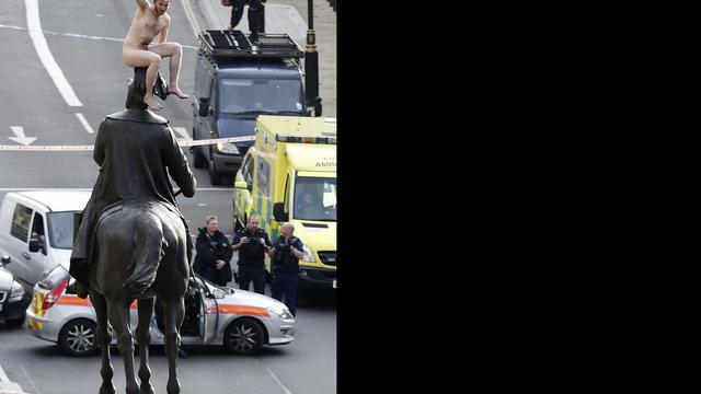 Naakte man bestijgt standbeeld Londen