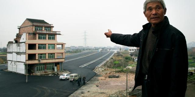 Snelweg in China om huis heen gebouwd