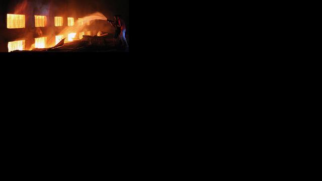 Ruim 100 doden bij brand in fabriek Bangladesh