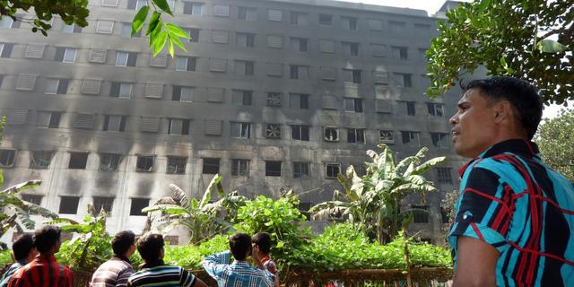 Duizenden straat op om brand Bangladesh