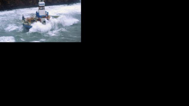 Bergingsexperts aan boord gestrand boorschip Shell