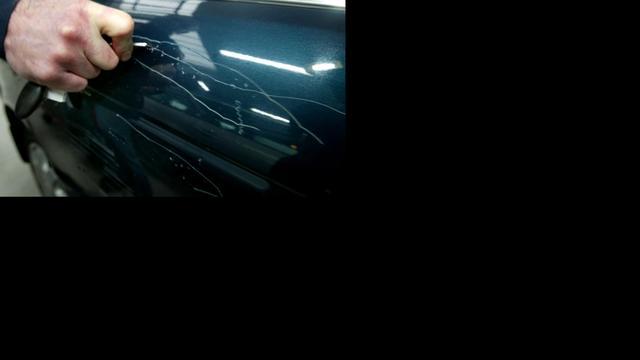 Auto's bekrast op de Barentszstraat in Alphen