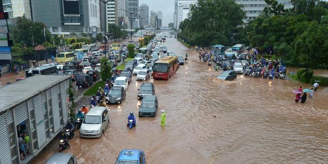 Noodweer ontregelt openbare leven Jakarta