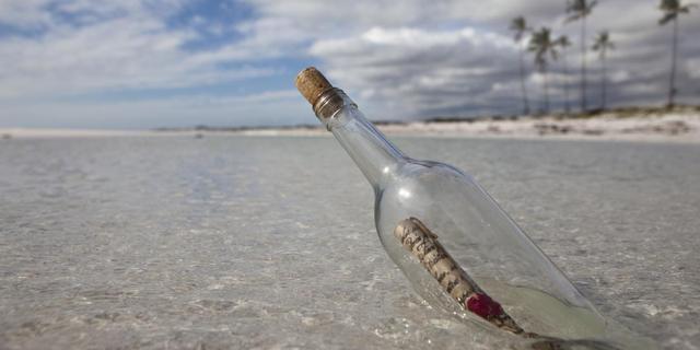 Vrouw ontdekt na jaren flessenpost overleden dochter