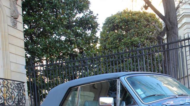 Eric Cantona veilt eigen ondergekladde Rolls-Royce