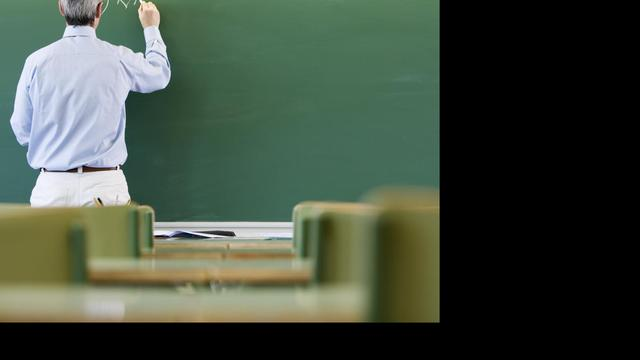 Docent draagt 39 jaar hetzelfde op schoolfoto's