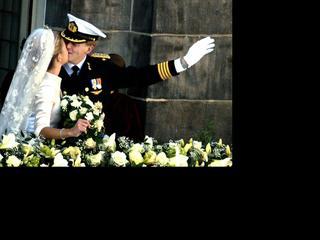 Prinses Maxima en kroonprins Willem-Alexander kussen op het balkon van de Nieuwe Kerk na de inzegening van hun huwelijk in Amsterdam in 2001.