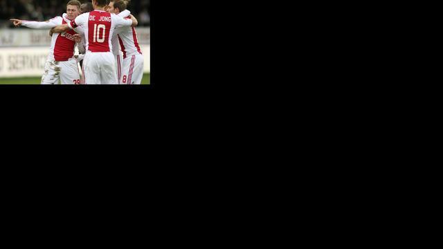 Ajax klimt naar tweede plaats na simpele zege op VVV