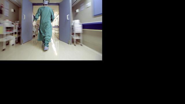 Man zaagt arm af en rijdt zelf naar ziekenhuis