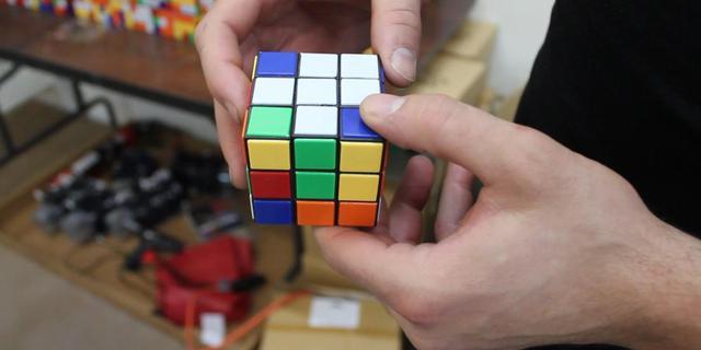 Man bouwt langste muur ooit van Rubiks kubussen