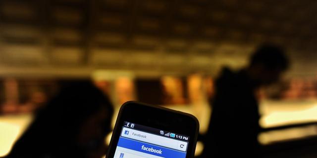 Smartphonegebruikers checken Facebook 14 keer per dag