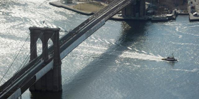 Duitse kunstenaars wisselden vlaggen op Brooklyn Bridge