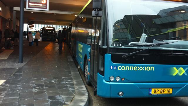 Stadsbus ramt geparkeerde personenauto