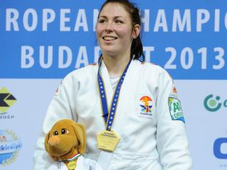 De Nederlandse is in de eindstrijd in de klasse tot 70 kilogram te sterk voor haar landgenote Linda Bolder en wint met yuko in Boedapest.
