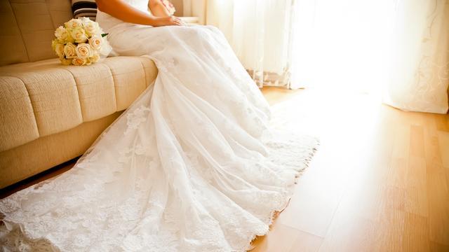 Vrouwen krijgen 30 jaar na huwelijk trouwjurk terug na verwisseling stomerij