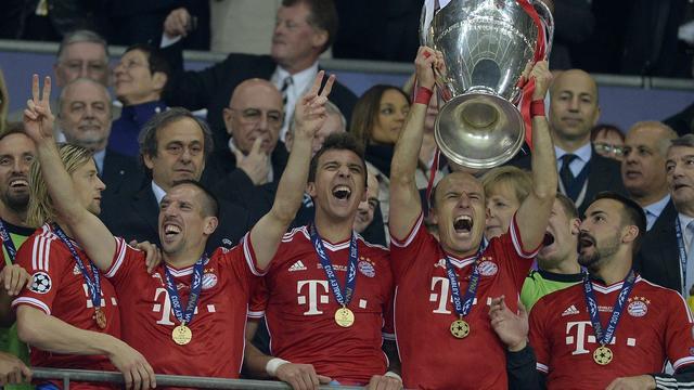 Bayern München met dubbeldekker door de stad
