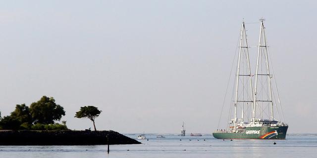 Greenpeaceschip Rainbow Warrior zoekt Russische olietanker