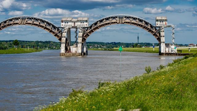 Waterstand grote rivieren zakt door droogte