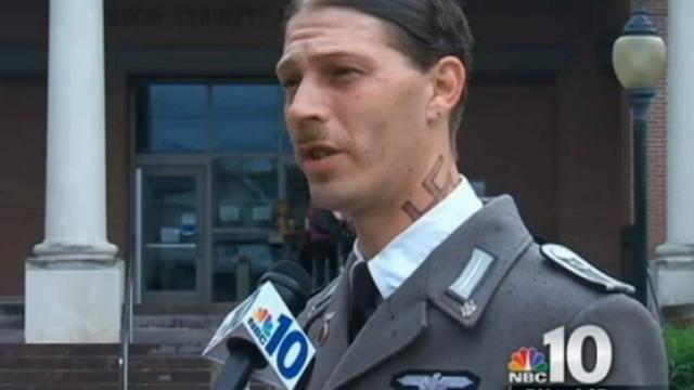 Vader eist zoon Heinrich Hons op in Nazi-kostuum