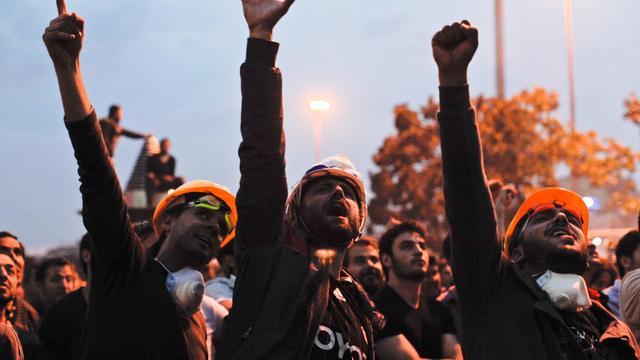 Politie grijpt hard in tegen betogers Ankara