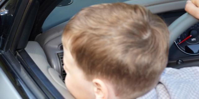 Peuter (2) rijdt met auto etalage binnen